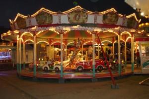 Kinderkarussell auf dem Berger Markt bei Nacht